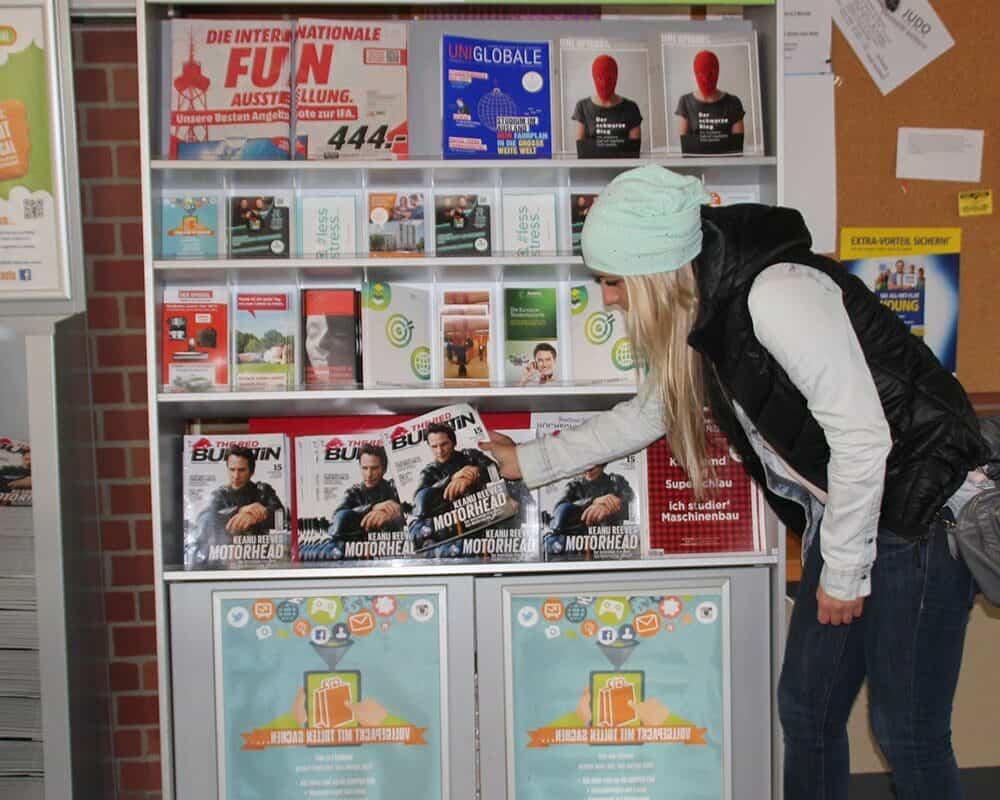 Displayauslage Von Gedruckten Magazinen Auf Dem Campus